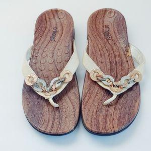 Orthaheel/Vionic Lola Metal Trim Sandals. Size 38